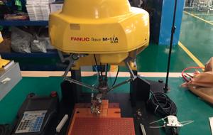 配合机器人组装