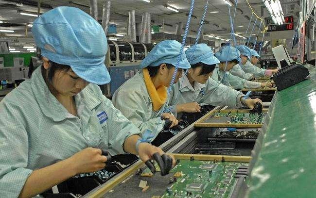 电子厂工人在手工整列小零件